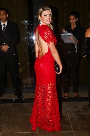 Iris Stefanelli mostra look e decotão nas costas