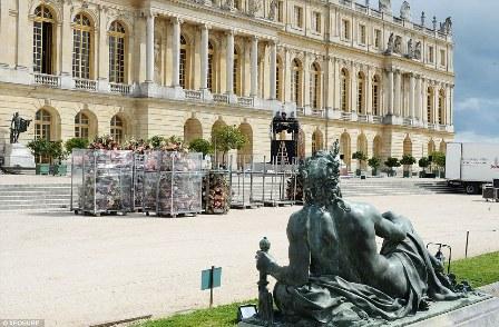 Milhares de flores foram entregues ao Palácio de Versalhes, a antiga casa da monarquia francesa e agora um edifício histórico, na sexta-feira de manhã