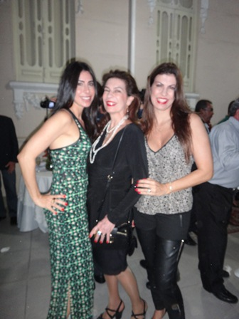 Regina entre as filhas Helia e Helina  Dórea