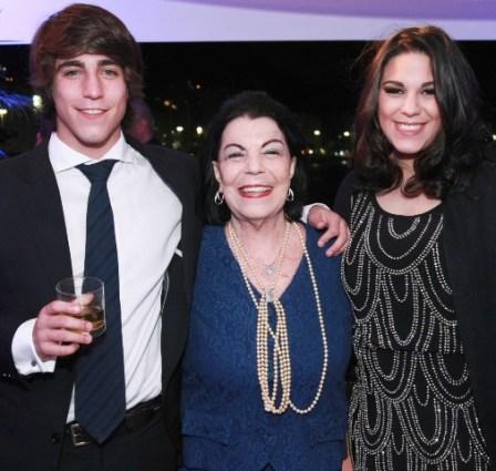 Alice Paquet entre os netos Renato e Camila