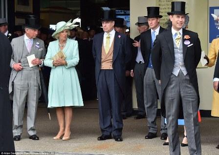 Os Membros da Família Real britânica O Príncipe Charles, sua esposa Camilla. com os  Príncipes Andrew, Harry e Edward