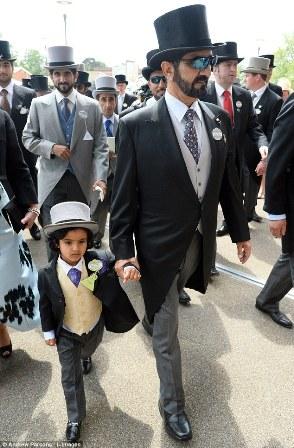Sheikh Mohammed Bin Rashid Al Makhtoum, 65 anos, Governador de Dubai, chegou com seu suposto neto, Mohammed Bin, de 8 anos que encantou a Rainha no Festival Derby, o garoto dizem, não pode ser reconhecido como filho do Príncipe Herdeiro Hamdan, por ser solteiro, segundo as leis do País,  Hamdan, conhecido como Fazza de 32 anos, esta na foto atrás do filho.