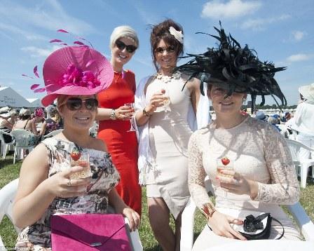Um grupo de Senhoras da Sociedade, desfrutam de uma taça de Champanhe.
