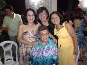 Hilda Carneiro entre as filhas Silvia, Leni e Maria Aparecida