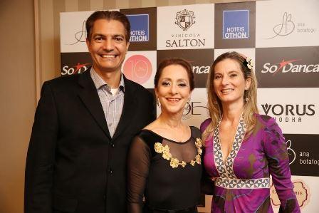 Ana Botafogo entre o casal Gilson e Dara Araújo