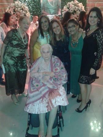 Salete Muniz, Ivonete Muniz, Telma Masset, Luzinete Muniz e Larissa Muniz com a querida aniversariante Daisy Muniz