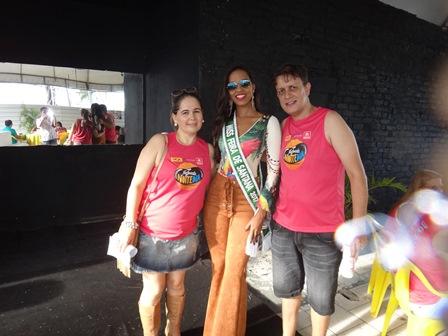 A Miss Feira Carolina Lima Silva entre os juristas Odejane Franco e Mario Queiroz