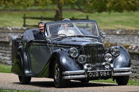 Pippa chegou em grande estilo para seu casamento com o financeiro James Matthews no início de hoje ao aparecer em um Jaguar vintage