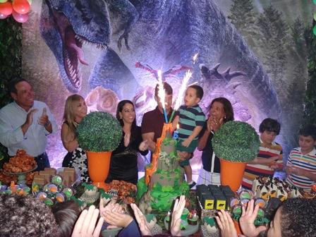 Momentos dos parabéns com os avós maternos Carlos Augusto e Luci Silva, Viviann, Eduardo e Eduardo Filho e avó paterna Conceição Oliveira