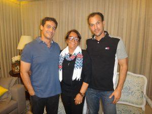 Silvia Martins Mascarenhas entre seus filhos Alex e Nilton Junior Mascarenhas