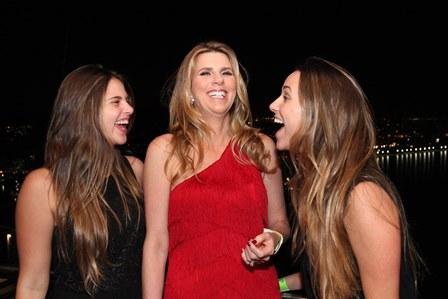 Danielle Brigagão entre suas filhas Natasha e Vivian Joory