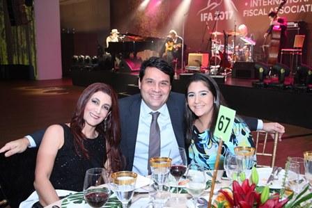 Roberto entre Cristyane e Maria Isabel Duque Estrada
