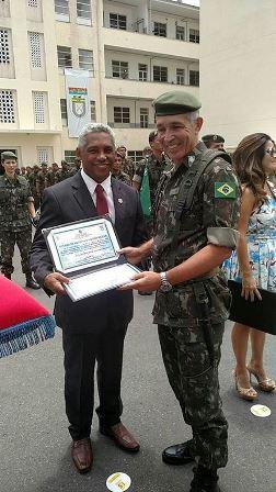 Coordenador da 3° Ciretran de Feira de Santana, Silvio de Oliveira Dias, sendo homenageado
