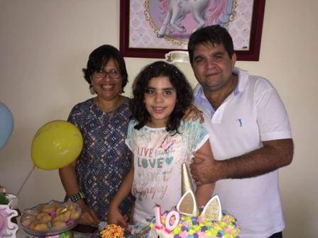 Maria Clara entre seus pais Yole Dultra e Paulo Oliveira