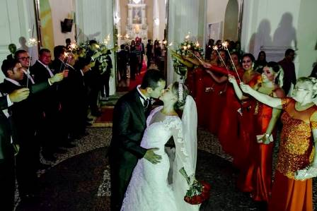 Os padrinhos recendo os recém casados na saída da Catedral