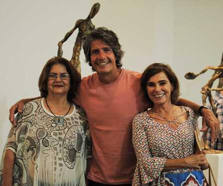 Rodrigo Saramago ladeado por Gloria Marchesini e Hel Assad