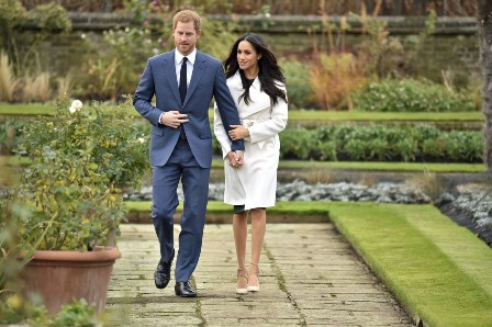 Príncipe Harry e Meghan Markle chegam para sessão de fotos nos jardins do Palácio de Kensington, em Londres (Foto: Dominic Lipinski/PA via AP)