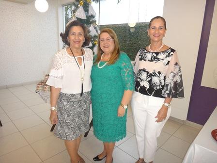 A presidente Yara Portugal Lima e Cruz entre Denise Caribé Teixeira de Freitas e Ritinha Caribé Kruschewsky