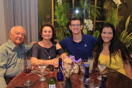 José Santana e Nita Pimentel de Oliveira com Lucas Silvany e Catharina dantas