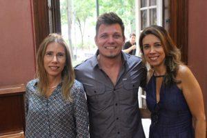 O artista Rudi Sgarbi ladeado por Carla e Cláudia Chianello