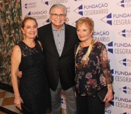 Tarcisio Meira entre a filha Elisa e a mulher Gloria Menezes