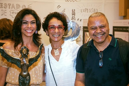 Sylvia Coelho ladeada por Duda Oliveira e Júlio São Paio