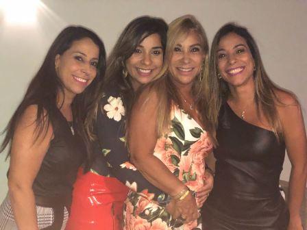 Luci cercada pelas estreladas filhas Viviann, Renata e Karina Andrade Sila