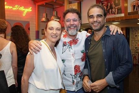 (Diretor da peça)Marcello Bosschar entre Débora Olivieri e  Oscar Francisco