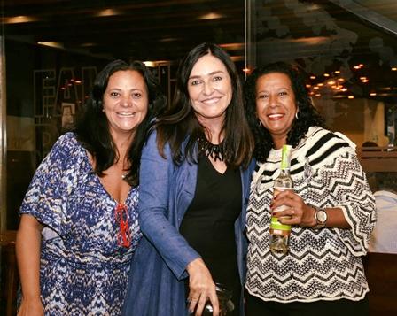 Cacau Dias ladeada por Denise Miranda e Sylvia da Matta em noite festiva na Família Paludo