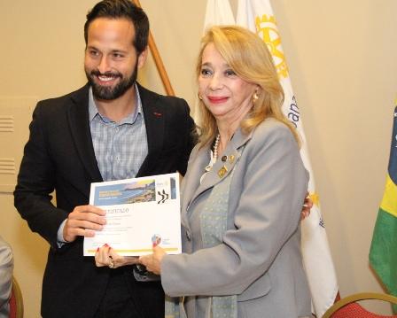 Marcelo Calero recebe certificado de participação em Palestra do Rotary
