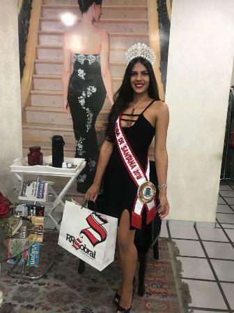 Miss Feira Liliane Natiele recebendo presente da Loja RR Sobral