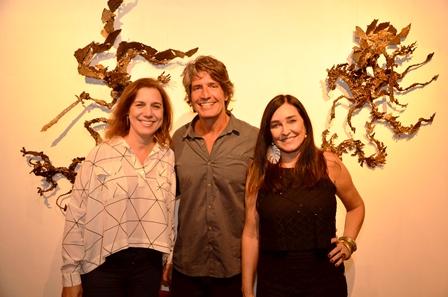 O escultor Rodrigo Saramago ladeado por Isabelle Rodrigues e Cacau Dias