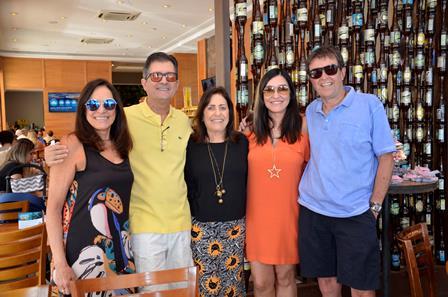 A aniversariante Bia da Câmara Torres entre Tereza da Câmara Torres, Paulo Bassani, Cacau Dias e Nelson Helmond