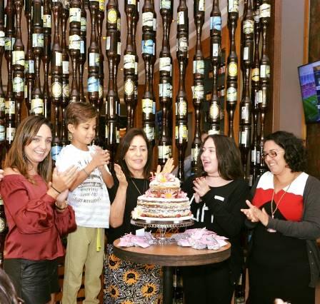 A aniversariante entre as filhas e netos, Carla, Christian, Ana Clara e Rachel no parabéns