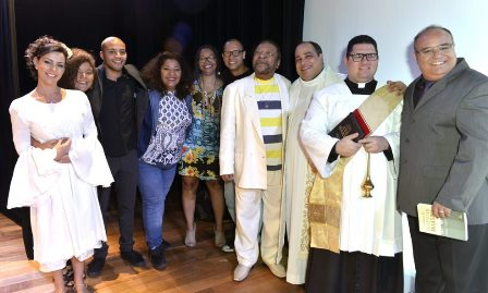 Martinho da Vila com seus filhos , mulher e padres