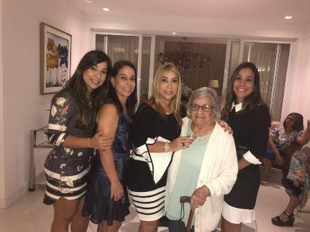 As aniversariantes Luci e sua mãe Zelita Pitombo Vinhas Andrade cercadas pelas filhas e netas Renata, Viviann e Karinne Andrade Silva Guirra