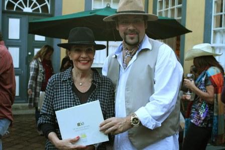 Diego Cosac entrega livro a Liliana Rodrigues