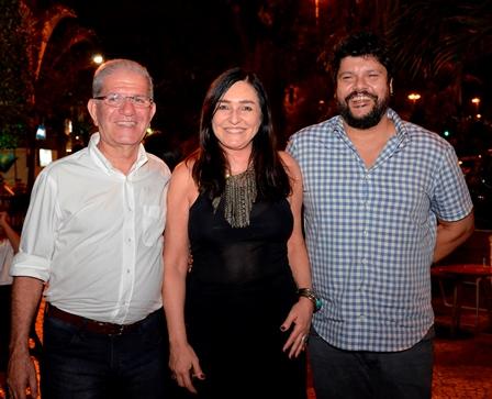 Cacau Dias ladeada por Chico D'Angelo e André Diniz