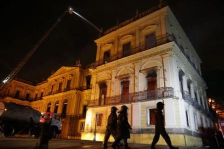 Um incêndio de proporções ainda incalculáveis atingiu, no começo da noite deste domingo (2), o Museu Nacional do Rio de Janeiro, na Quinta da Boa Vista (Foto: Abr)