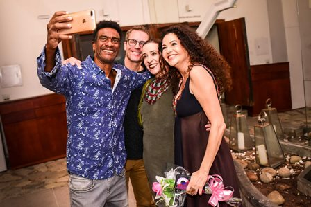 Helio de La Pena com amigos e Yara Figueiredo