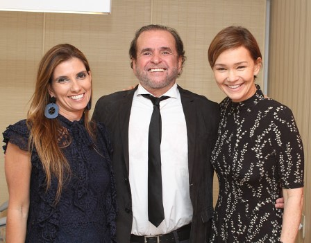Carlos Henrique Bitencourt entre Karla Mesquita e Julia Lemmertz
